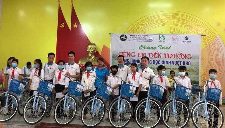 Trao tặng tổng cộng 200 chiếc xe đạp cho học sinh nghèo vượt khó học giỏi