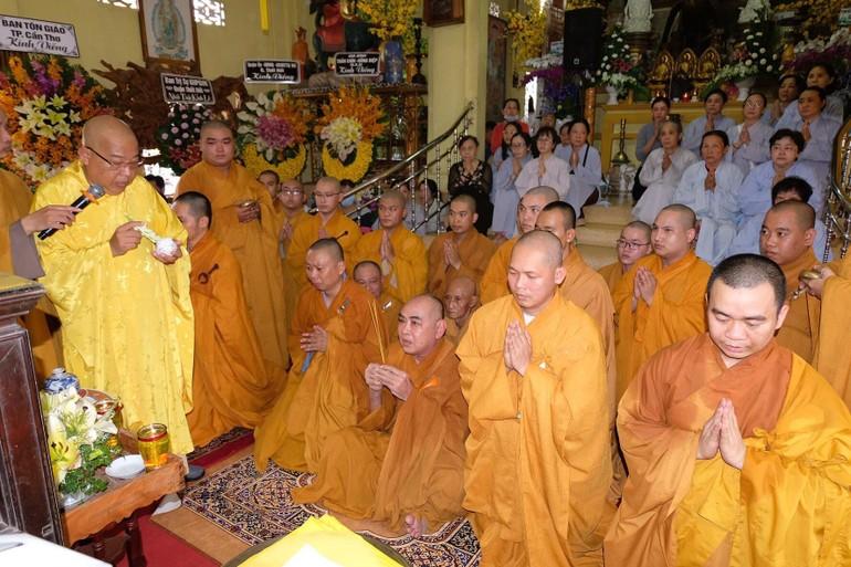 Thực hiện nghi thức sái tịnh tại Giác linh đường chùa Phổ Quang
