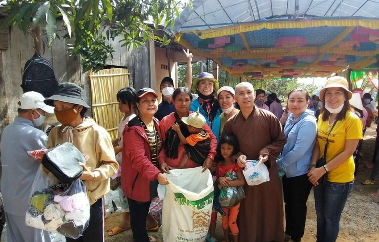 Đại đức Thích Giác Thọ trao quà đến người nghèo xã Sông Phan - Ảnh: CTV