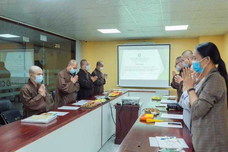 Thường trực Ban Thông tin - Truyền thông niệm Phật cầu gia hộ trước buổi họp - Ảnh: Đăng Huy