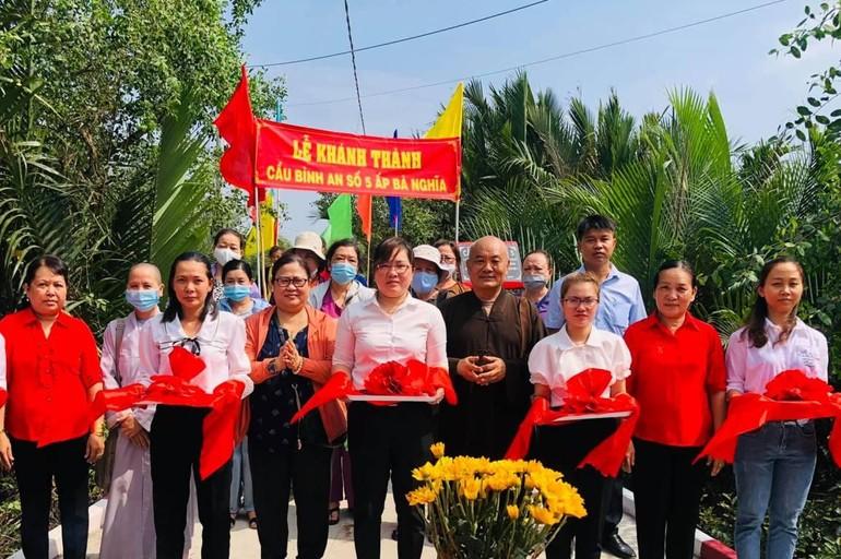 Thượng tọa Thích Chơn Tịnh, Phật tử chùa Thường Quang cắt băng khánh thành cầu Bình An số 5- Ảnh: TQ