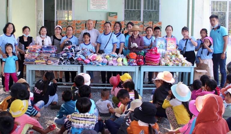 Tặng 145 phần quà cho các cháu học sinh dân tộc Raglai