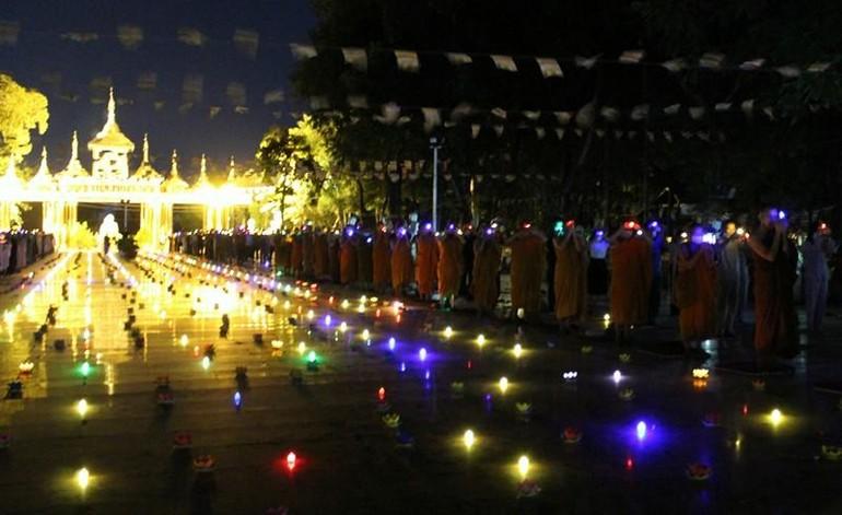 Thiền viện Phước Sơn thắp nến cầu nguyện, dâng hoa đăng nhiễu Phật, tụng kinh Tâm từ