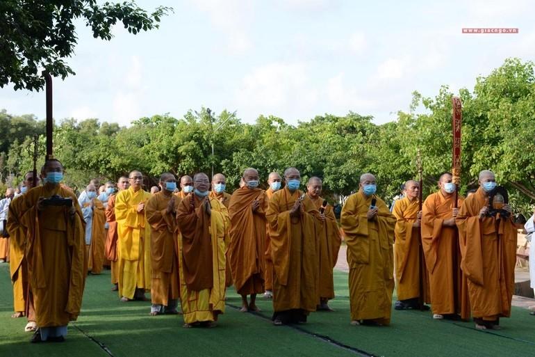 Ban Thường trực tỉnh và Ban Trị sự TP.Bạc Liêu thực hiện nghi thức tam bộ nhất bái tại Quán Âm Phật Đài