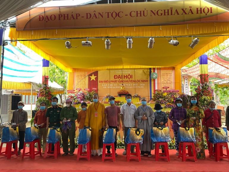 Nhân Đại hội đại biểu Phật giáo huyện Lộc Ninh, thiền viện Trúc Lâm Bình Phước trao 500 phần - Ảnh: CTV