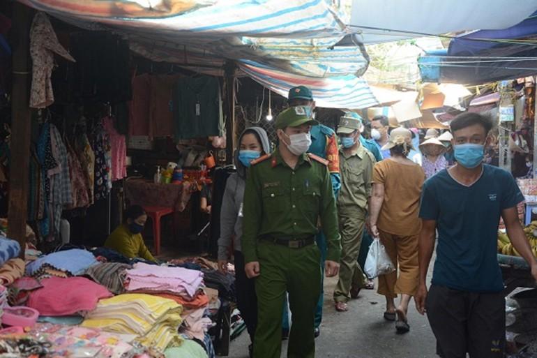 Công an vào trong các chợ truyền thống nhắc nhở người dân mang khẩu trang