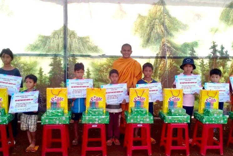 Tổ Từ thiện tịnh xá Ngọc Đạt trao tặng 10 học bổng đến học sinh miền núi - Ảnh: N.Đạt