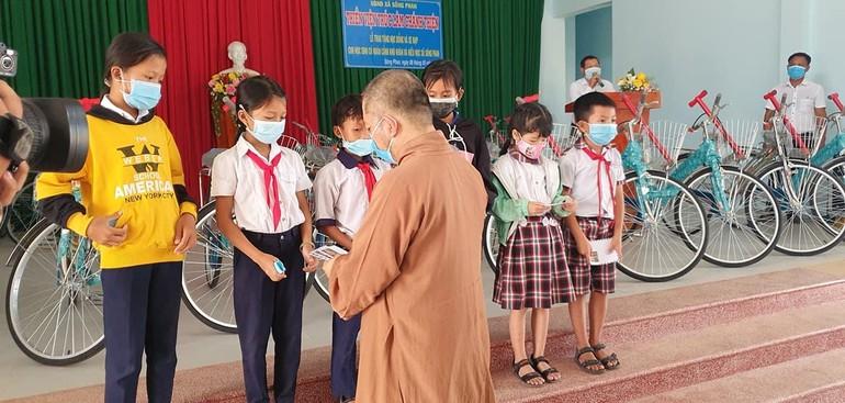 Đại đức Thích Đạt Ma Khế Định tặng học bổng, xe đạp cho học sinh khó khăn