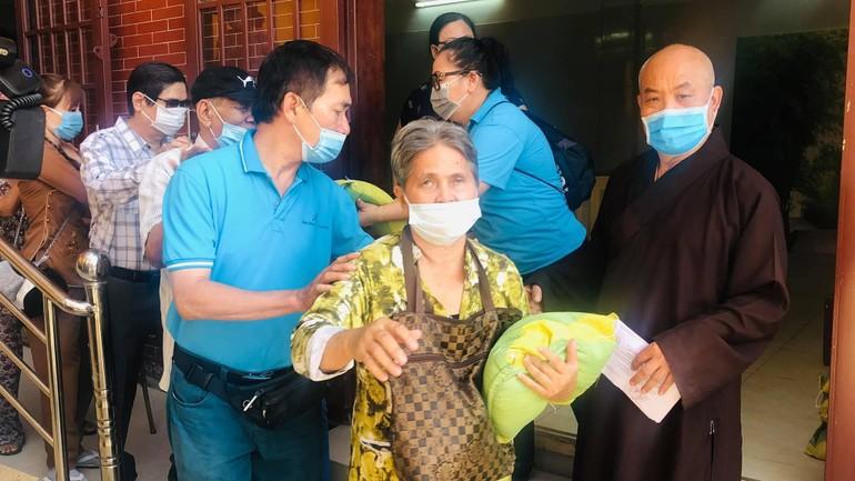 Thượng tọa Thích Chơn Tịnh cùng Phật tử, mạnh thường quân tổ chức tặng quà đến 100 người mù
