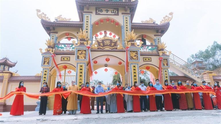 Chùa Thông cắt băng lễ khánh thành cổng tam quan, tháp Phật và lầu Quan Âm