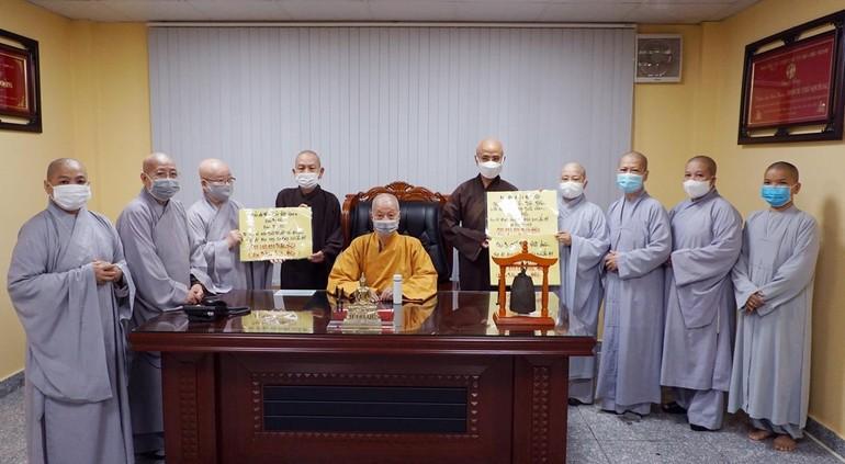 Chư Ni Phân ban Ni giới Phật giáo TP.HCM trao cúng dường, ủng hộ chư Tăng Phật giáo và nhân dân Ấn Độ