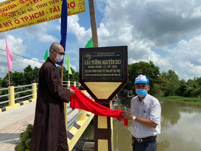 Hội Từ thiện chùa Tường Nguyên tổ chức khánh thành cầu bê-tông Tường Nguyên 383 tại tỉnh Tiền Giang - Ảnh: TN