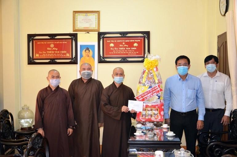 Ông Nguyễn Duy Tân trao quà chúc mừng Ban Trị sự GHPGVN quận Bình Thạnh
