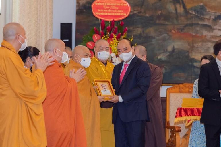 Chủ tịch nước trao ảnh chân dung Chủ tịch Hồ Chí Minh đến Hòa thượng Thích Giác Toàn - Ảnh: Đăng Huy