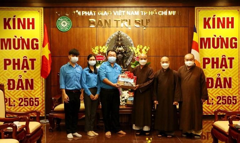 Hội Liên hiệp Thanh niên VN quận 10 thăm, chúc mừng Phật đản đến chư tôn đức Ban Trị sự GHPGVN - Ảnh: Trí Dũng
