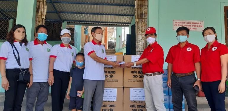 Hội Chữ thập đỏ huyện Phong Điền cùng các tổ chức khẩu trang, nước uống đến bệnh nhân cách ly và các chốt kiểm soát y tế