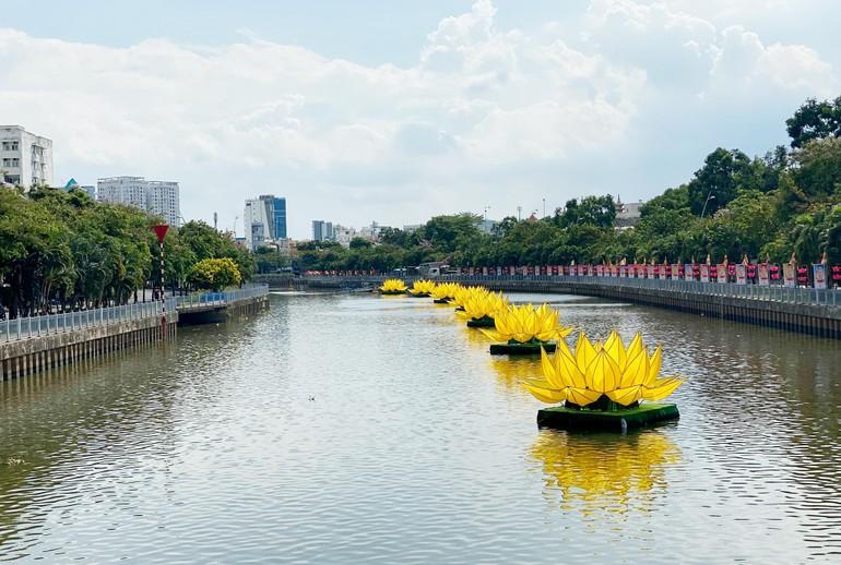 7 đóa sen vàng vừa được hạ thủy trên kênh Nhiêu Lộc - đoạn trước Quan Âm tu viện, quận Phú Nhuận - Ảnh: QÂTV
