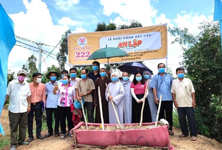 Ban Trị sự GHPGVN huyện Thạnh Hóa, nhóm từ thiện đã tổ chức khởi công xây dựng cầu bê-tông