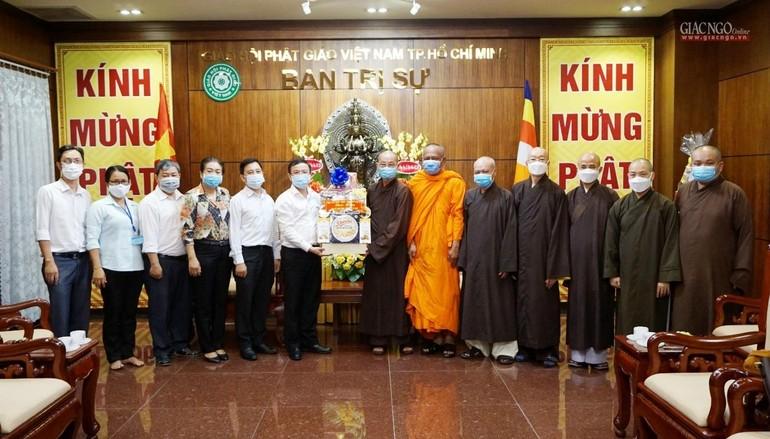 Ông Đặng Quốc Toàn tặng quà chúc mừng Phật đản đến chư tôn đức Ban Trị sự GHPGVN TP.HCM