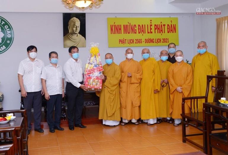 Ông Nguyễn Duy Tân tặng quà chúc mừng Phật đản đến chư tôn đức Hội đồng Trị sự GHPGVN