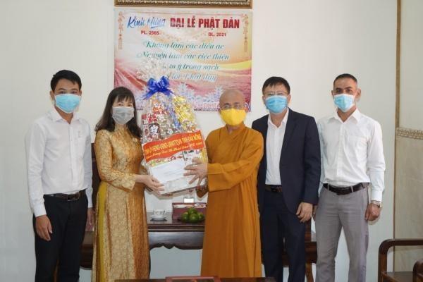 Bà Hà Thị Hạnh, Trưởng ban Dân vận Tỉnh ủy tặng quà chúc mừng Phật đản đến Thượng tọa Thích Quảng Hiền