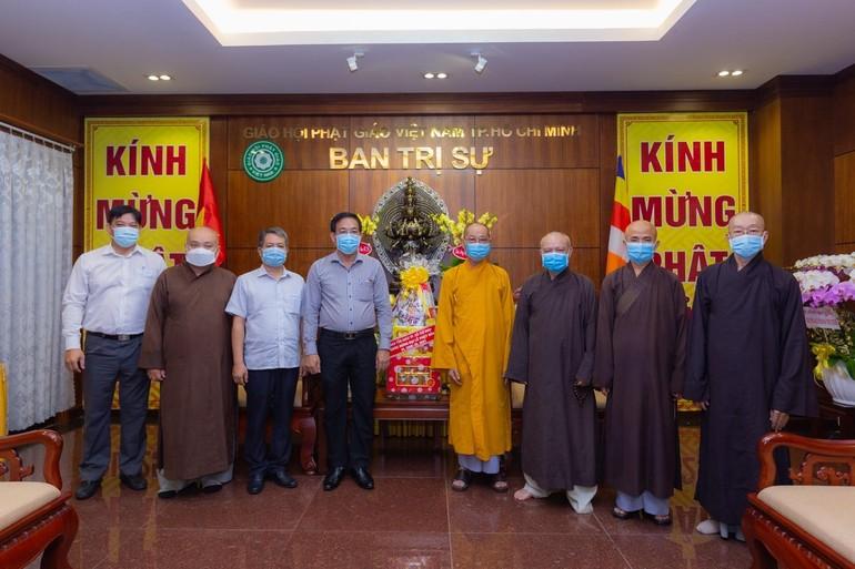 Ông Nguyễn Duy Tân trao quà chúc mừng Phật đản đến chư tôn đức Ban Trị sự GHPGVN TP.HCM