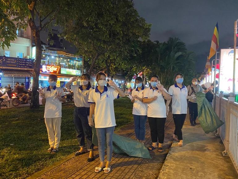 Các bạn trẻ tình nguyện viên nhặt rác trên kênh Nhiêu Lộc, đoạn trước Quan Âm tu viện