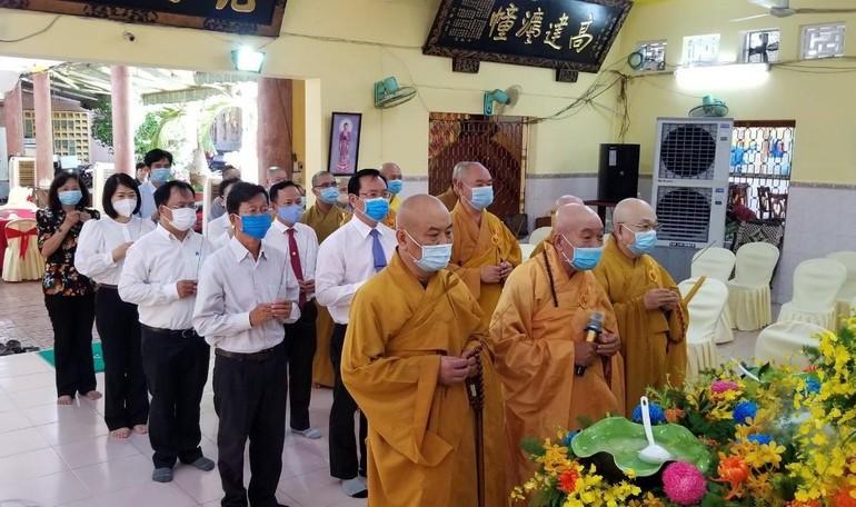 Chư tôn đức Ban Trị sự, quý khách niệm hương tại lễ Tắm Phật