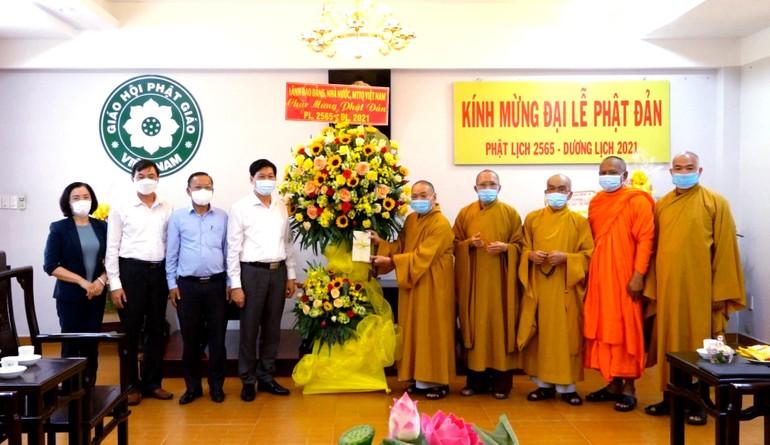 Ông Đỗ Văn Phớn tặng hoa chúc mừng Đại lễ Phật đản đến chư tôn đức Hội đồng Trị sự GHPGVN - Ảnh: Lâm Huy