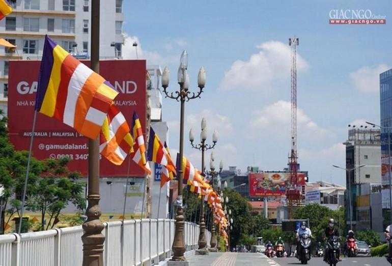Cờ Phật giáo Kính mừng Đức Thế Tôn đản sinh trên đường Nam Kỳ Khởi Nghĩa, quận 3