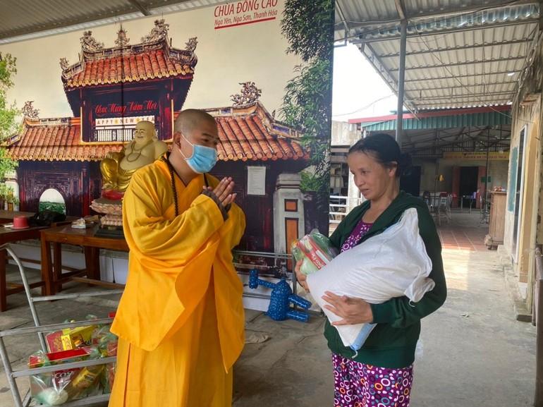 Chùa Đống Cao đã tổ chức trao quà và tặng thiệp chúc mừng Phật đản đến bà con khó khăn