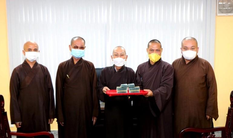 Thượng tọa Thích Trí Chơn trao đến Ban Trị sự Phật giáo TP.HCM 1,2 tỷ đồng ủng hộ nhân dân Ấn Độ - Ảnh: Thái Hòa