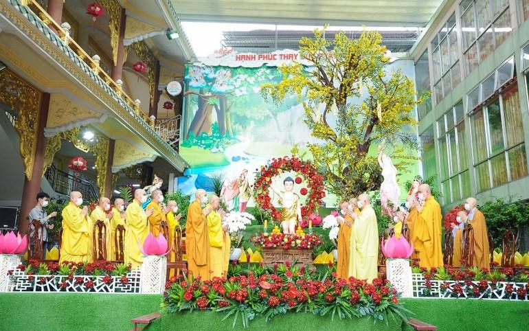 Chư tôn đức cử hành nghi thức tụng sám Khánh đản tại lễ đài chính của Phật giáo quận Thủ Đức