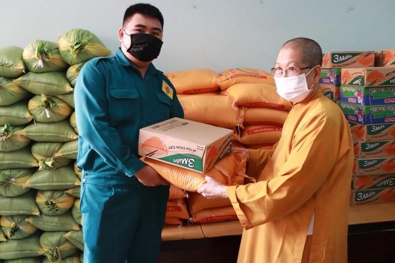 Tịnh xá Ngọc Phương trao quà đến những người phục vụ cho ngày bầu cử