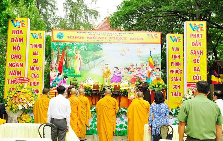 Chư tôn đức, các khách quý thực hiện nghi thức niệm hương cúng dường Phật đản