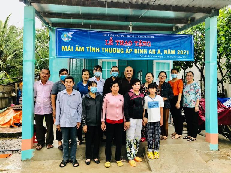 Đoàn từ thiện Phật tử chùa Thường Quang bàn giao nhà tình thương đến hộ nghèo - Ảnh: TQ