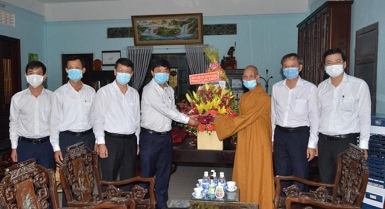 Ông Lương Nguyễn Minh Triết tặng hoa chúc mừng Đại lễ Phật đản đến Hòa thượng Thích Từ Tánh