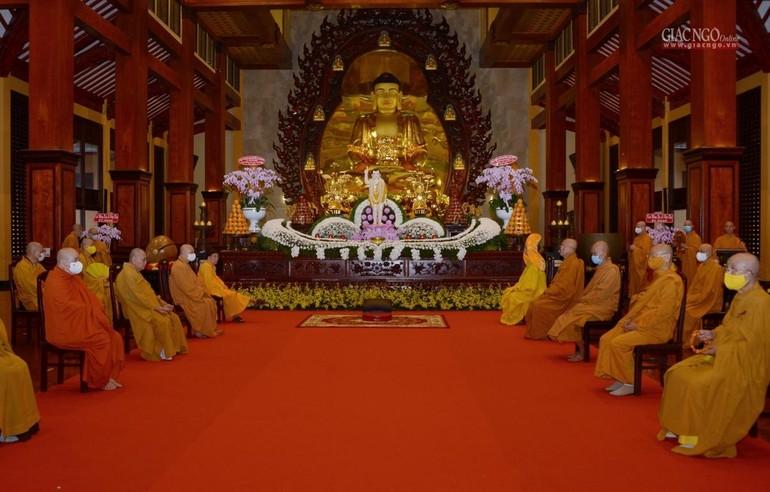 Lễ đài trong lễ Tắm Phật tại chánh điện Việt Nam Quốc Tự