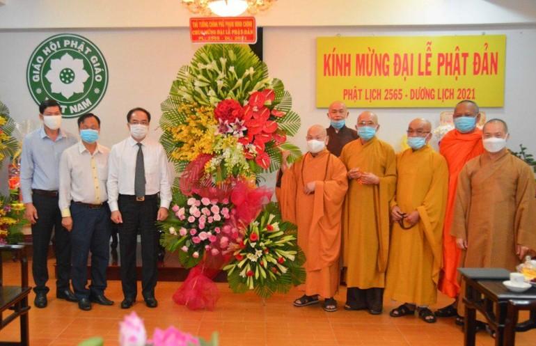 Ông Vũ Chiến Thắng tặng hoa chúc mừng Phật đản đến chư tôn đức Hội đồng Trị sự GHPGVN - Ảnh: Công Minh