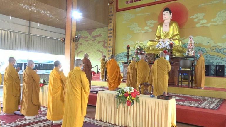 Chư tôn đức đảnh lễ Tam bảo khai giảng khóa An cư kiết hạ dành cho chư Tăng Ni tại chùa Tỉnh Hội