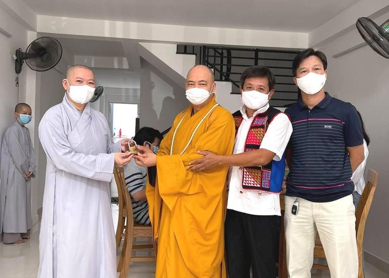 Thượng tọa Thích Thanh Phong, ông Hải trao chìa khóa căn nhà đến Ni sư Thích nữ Huệ Tuyến - Ảnh: Fb Đoàn Ngọc Hải