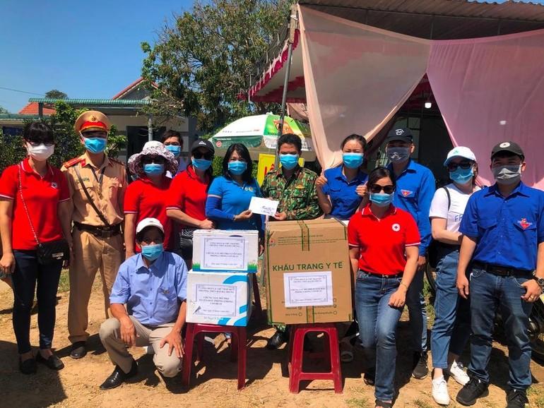 Trường THPT Hai Bà Trưng (TP Huế - TT Huế) đã đến thăm và trao quà cho các chốt y tế