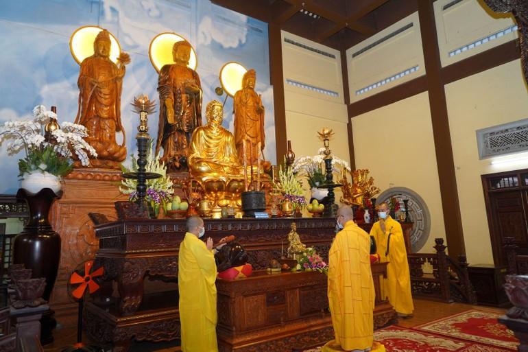 Chư tôn đức Ban Trị sự đảnh lễ Tam bảo, tác pháp An cư kiết hạ Phật lịch 2565
