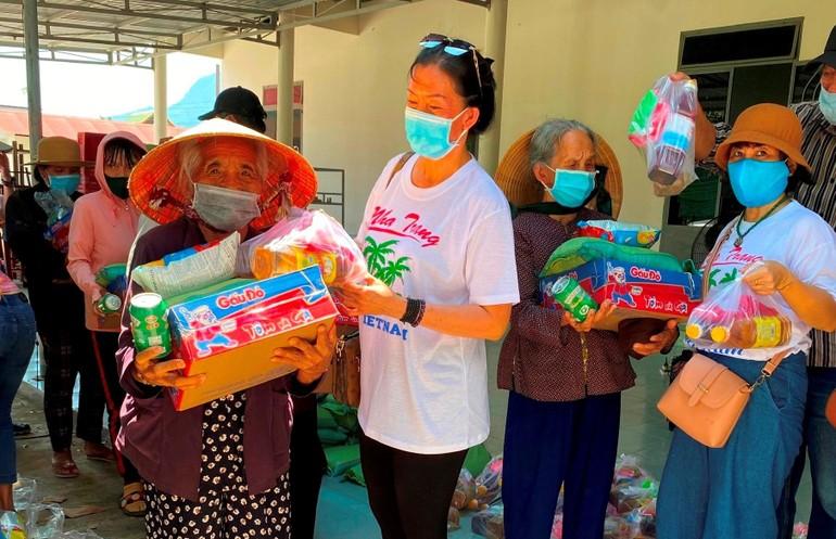 Tặng quà cho đồng bào dân tộc nghèo xã Cam Thịnh Đông, Cam Ranh