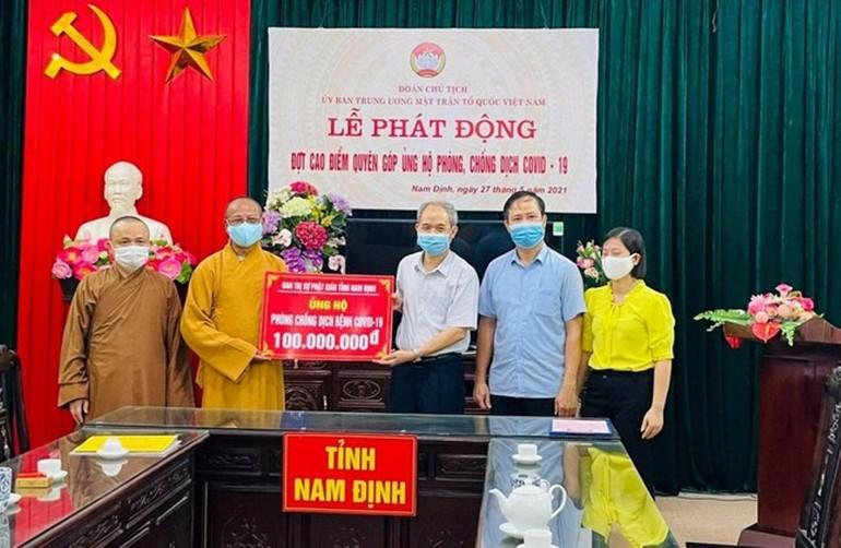 Thượng tọa Thích Quảng Hà trao tặng 100 triệu đồng đến Quỹ Phòng, chống Covid-19