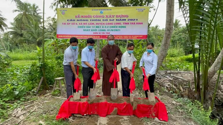 Lễ khởi công xây dựng cầu nông thôn số 52 tại ấp số 6, xã Mỹ Cẩm, huyện Càng Long - Ảnh: L.B