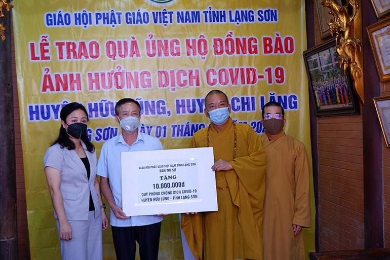 Ban Trị sự Phật giáo tỉnh Lạng Sơn trao quà đến bà con vùng dịch huyện Hữu Lũng và Chi Lăng