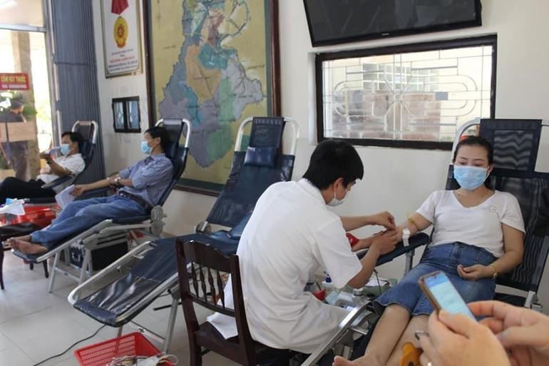 150 cán bộ, giáo viên ngành Giáo dục và Đào tạo thị xã Hương Trà hiến máu trong mùa Covid-19