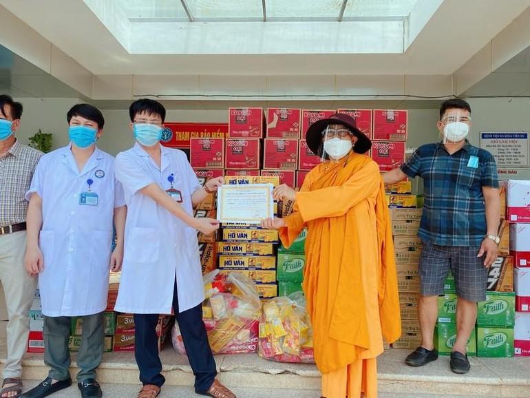 Sư cô Thích nữ Vũ Liên chia sẻ những phần quà các bệnh viện dã chiến để hỗ trợ cho bệnh nhân Covid-19