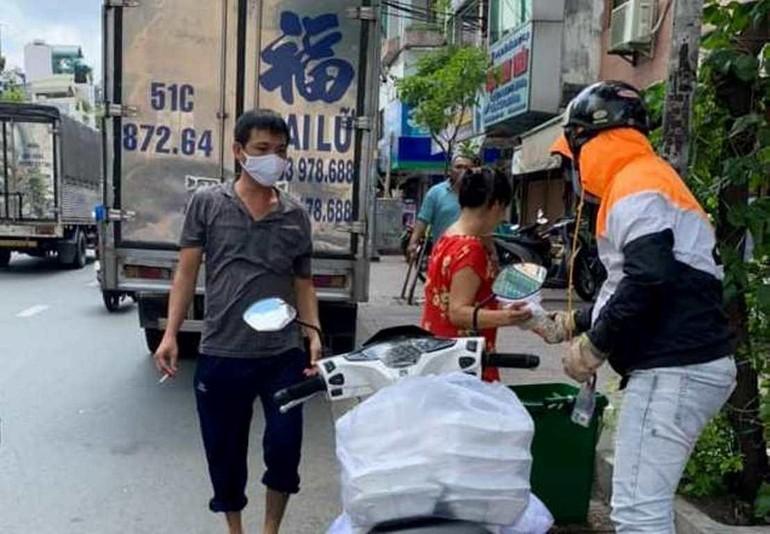 Suất cơm chay được trao đến những người nghèo, cơ nhỡ, bán vé số trên đường phố - Ảnh: T.N
